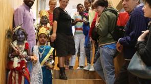 Hinduistische Königskinder besuchen die Sakralräume